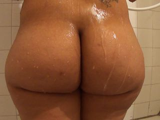 Big pain in the neck booty in the shower - ShortyThick  -