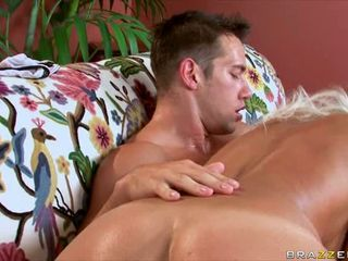 Sexy tanned Klarisa Leone blows a lucky man's hardon with all pleasure