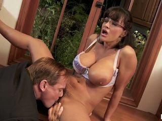Lisa Ann stretch her legs and get cunt lick
