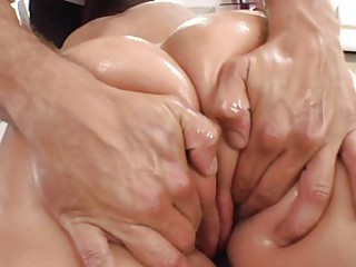 Kelly Divine loves a butt massage making her juicy wet