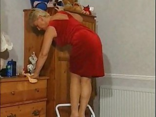 Sexy mature makes her pussy sing with toy