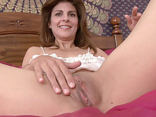 Brunette housewife brings ourselves to come to a head mount with a vibrator