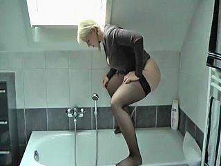 Piss: German Amateur pees prevalent bathtub