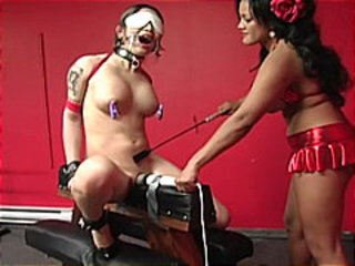 Extreme bondage babe tortured by her sexy master !
