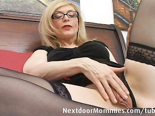 Naughty cougar love to give...