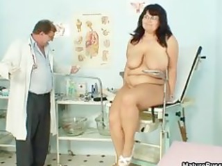 heavy mature lady spreads her foot and takes part2