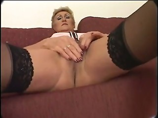 Older MILF gets creampied