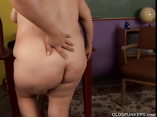 Beamy mature amateur loves to fuck