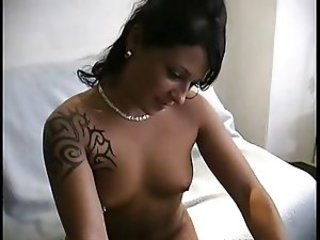brunette qui se caresse devant la webcam