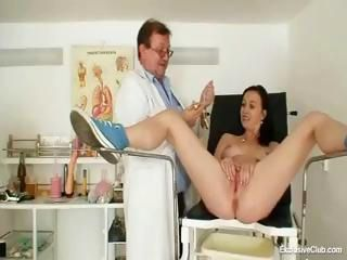 Kinky age-old gyno doctor butt plugs a skinny gal and examines her yon a reflector