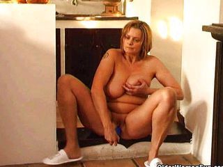 Mature housewife fucks hersel...