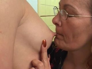 mom plays with daughter's fri...