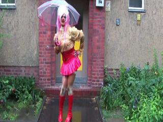 rubber maid public in the rain... Sex Tubes