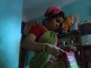Indian Aunty wearing Saree after Bath captured by hidden cam free
