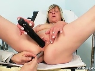 Nada visits her gyno doctor for mature pussy speculum gyno