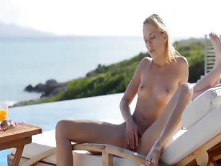 Blonde glamour Leila naked in the sun