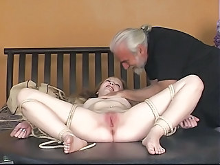 Dude binds rosy-titted blonde&#039