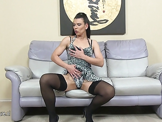 Queasy European housewife masturbating on dramatize expunge couch