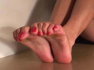 Sexy Turkish MILF Soles and Toes Modelling