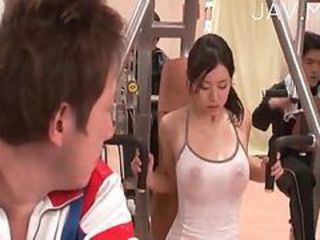 Hottie shows her boobs in the gym
