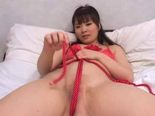 SHIRASAKI Yuna with red rope on the bed