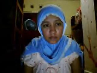 "indonesia- jilbab pamer tubuh webcam 2"" class=""th-mov"