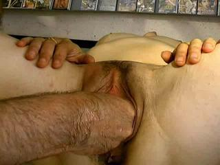 Stiffener Mature Dans Un Sex Shop (fist !!!)