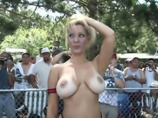 Amateur girls spread wide at summer pool party