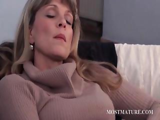 Blonde mature pleasing twat in close-up