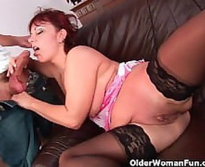 Mature mom gets her gaping pussy muscle fucked