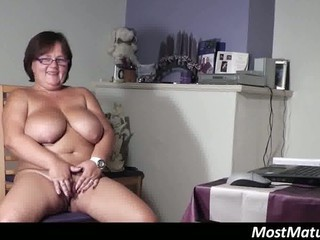 heavy cougar lady fingering on webcam