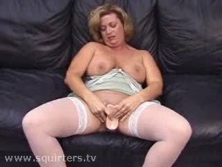 mature whore dildoing and squirting