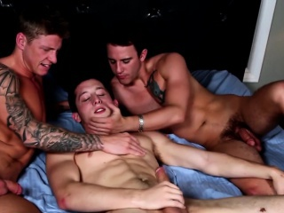 Muscly jock 3way cumsfest