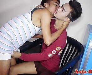 Asian twink amateur sucking on dick