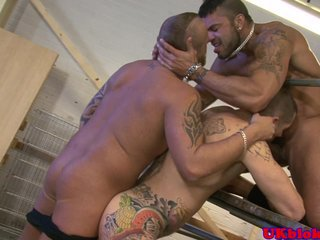 British muscled tattood hunk double penetrate
