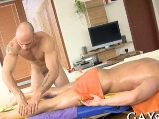 Muscular gay masseur dildoes the tightest ass ever