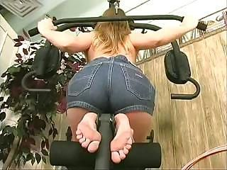 Sporty freshie stretches her pussy and her anus during a nude workout in an obstacle gym