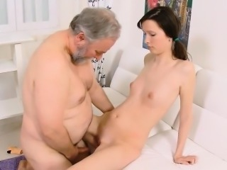 Old dude stuffs indiscretion of a young chick with his naff rod