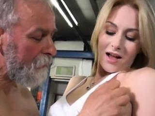 Young bombshell gets her pusys licked wits an old cat