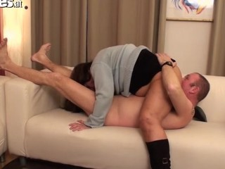 Amateur gilf gets fingered to a climax