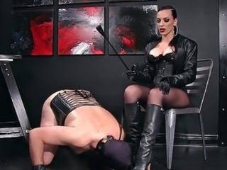 Femdomlady and Bootlicking Pave Slave