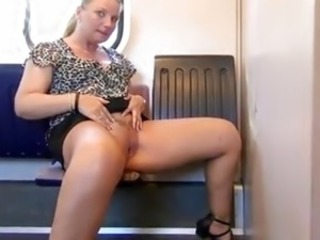 Blonde MILF strullt in den Zug!