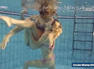 Horny girls belt eachother in the pool